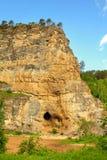 Roca de Kalimoskan con la cueva en Ural meridional Foto de archivo libre de regalías