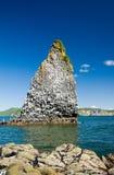 Roca de Kamchatka cerca de la isla Fotografía de archivo