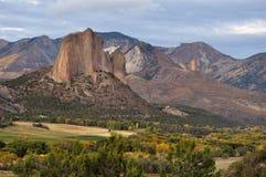 Roca de la aguja en Autumn Evening nublado Fotografía de archivo