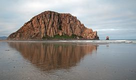Roca de la bahía de Morro que refleja en la salida del sol en las vacaciones populares del parque de estado de la bahía de Morro/ Fotografía de archivo