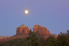 Roca de la catedral, Sedona Arizona y luna Fotos de archivo