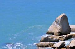 Roca de la dimensión de una variable de la forma cónica y agua de mar Fotos de archivo