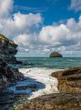 Roca de la gaviota del filamento de Trebarwith, Cornualles del norte Fotos de archivo libres de regalías