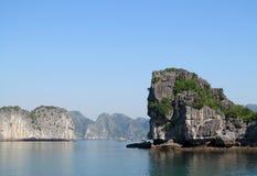 Roca de la isla de la piedra caliza en la bahía del mar Imagen de archivo
