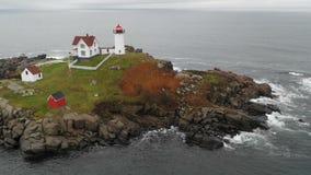Roca de la isla de la protuberancia pequeña del faro de Neddick del cabo en York Maine metrajes