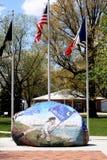 Roca de la libertad, Sully, Iowa, con las banderas Imagen de archivo libre de regalías