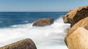 Roca de la ola oceánica Imagen de archivo