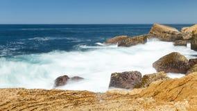 Roca de la ola oceánica Foto de archivo