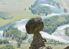 Roca de la seta y río de la montaña Foto de archivo