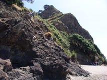 Roca de los leones de la playa de Piha y más allá Foto de archivo