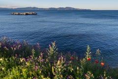 Roca de los Wildflowers y del EL Cargol. L'Escala. Costa Brava. España Foto de archivo libre de regalías