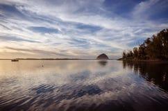 Roca de Morro y puesta del sol de la bahía de Morro Imagen de archivo