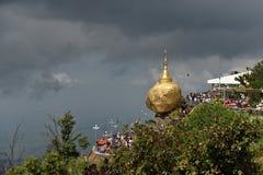 Roca de oro con Clounds en el fondo Kyaiktiyo fotos de archivo libres de regalías