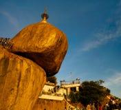 Roca de oro de la pagoda de Kyaiktiyo aka en la puesta del sol Myanmar Foto de archivo libre de regalías