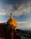 Roca de oro de la pagoda de Kyaiktiyo aka en la puesta del sol Myanmar Fotos de archivo libres de regalías