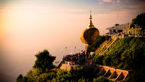 Roca de oro de la pagoda de Kyaiktiyo aka en la puesta del sol Myanmar Imágenes de archivo libres de regalías