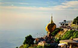 Roca de oro de la pagoda de Kyaiktiyo aka en la puesta del sol Myanmar Imagen de archivo