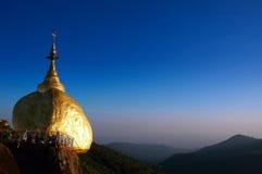 Roca de oro, Kyaikhtiyo, Myanmar. Imagen de archivo libre de regalías