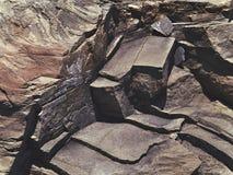 Roca de piedra agrietada en el estilo del grunge Fotos de archivo libres de regalías