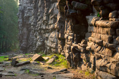Roca de piedra en la luz de la mañana Imagenes de archivo