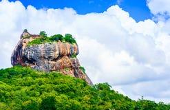 Roca de Sigiriya en la selva de Sri Lanka imagen de archivo