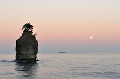 Roca de Siwash en el moonset Fotografía de archivo libre de regalías