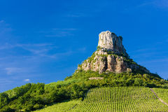 Roca de Solutre con los viñedos Imagen de archivo
