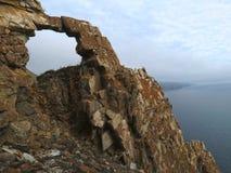 Roca del arco cerca de la bahía de Aya en el lago Baikal Imagen de archivo libre de regalías