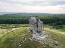 Roca del diablo en Pidkamin, región de Lviv, paisaje del oeste del verano de Ucrania imagen de archivo libre de regalías