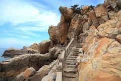 Roca del filón en la costa de la isla de meizhou Foto de archivo libre de regalías