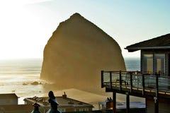 Roca del Haystack en la playa del cañón foto de archivo