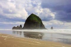 Roca del Haystack, playa del cañón, Oregon Imagen de archivo