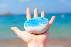 Roca del mar en una mano Imágenes de archivo libres de regalías