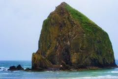 Roca del pajar en la costa de Oregon Imagen de archivo libre de regalías