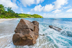 Roca del primer de la playa en Seychelles, Mahe Island Fotografía de archivo
