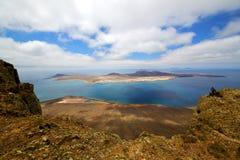 Roca del puerto de Del Río   agua del yate en el graciosa de Lanzarote España Fotos de archivo libres de regalías