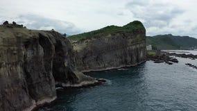 Roca del tronco del elefante y acantilado alto masivo en Taiwán, cantidad aérea en 4k almacen de video