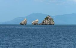 Roca e isla tropicales Fotografía de archivo libre de regalías