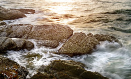 Roca en agua de mar clara Fotos de archivo