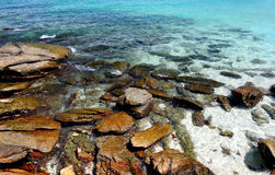 Roca en agua de mar clara Imágenes de archivo libres de regalías