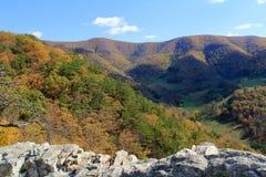 Roca en caída - montañas apalaches del Seneca - Virginia Occidental, los E.E.U.U. fotos de archivo