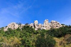 Roca en cielo azul Imagenes de archivo