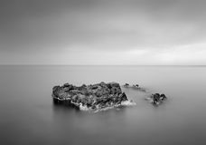 Roca en el agua fotografía de archivo