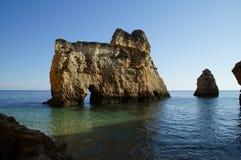 Roca en el Algarve Fotos de archivo libres de regalías