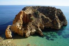 Roca en el Algarve imagenes de archivo
