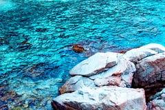 Roca en el mar Imagenes de archivo