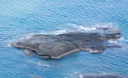 Roca en el mar azul fotografía de archivo libre de regalías
