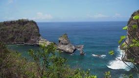 Roca en el mar Bali, Indonesia almacen de video