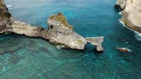 Roca en el mar Bali, Indonesia almacen de metraje de vídeo