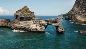 Roca en el mar Bali, Indonesia metrajes